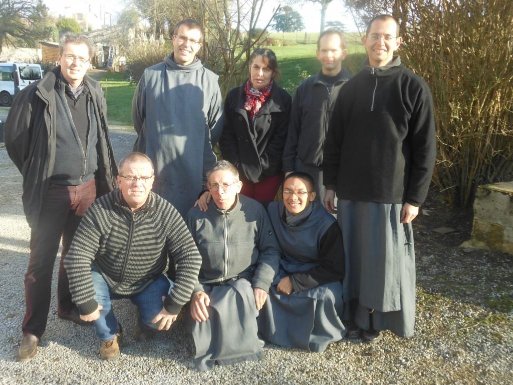 Debout de gauche à droite: Daniel, Frère Jean Syméon, Maryse, Frère Laurent Thérèse, Frère Juan de la Cruz en bas de gauche à droite Jean-Louis, Yves - Marie,Jean de l'Eucharistie